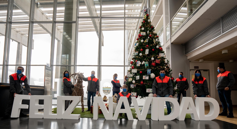 Un árbol de Navidad en el HUBU homenajea a los sanitarios y a los trabajadores esenciales